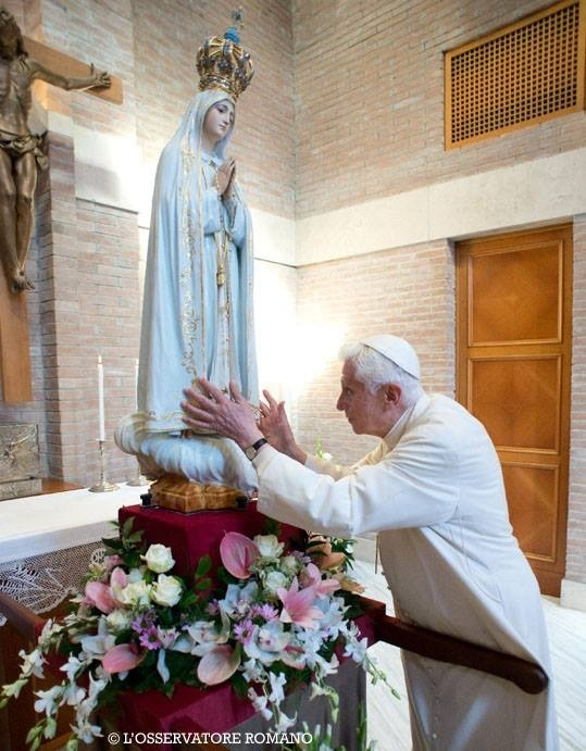 Pope Emeritus Benedict receiving the image of our Lady of Fatima at his private oratory.